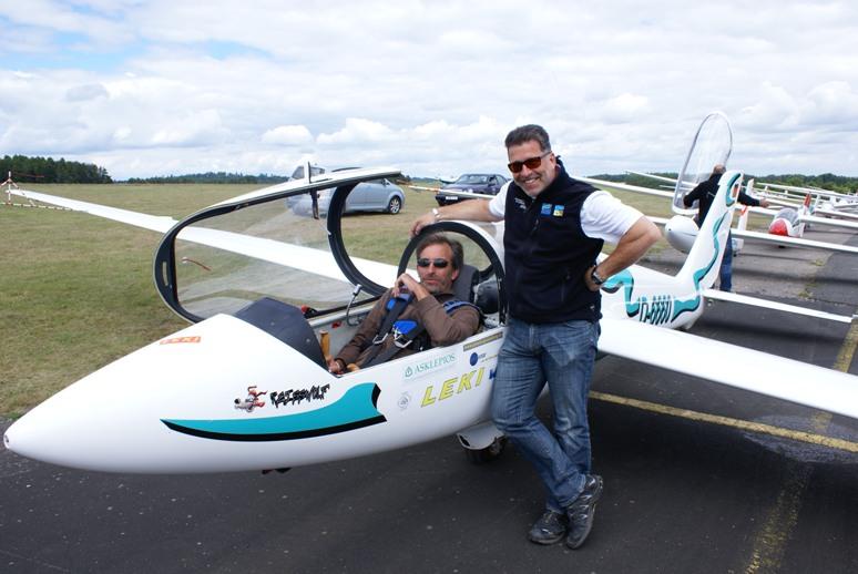 Fröhliche Piloten und ihre Schlepper